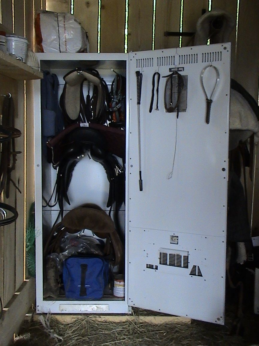 comment fabriquer une armoire sellerie page 2. Black Bedroom Furniture Sets. Home Design Ideas