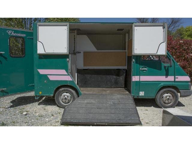 camion vl pour transporter 2 chevaux louviers. Black Bedroom Furniture Sets. Home Design Ideas